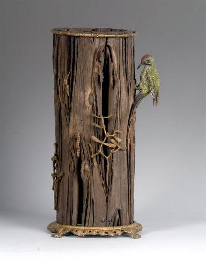 Curieux vase en écorce de Séquoia figurant...