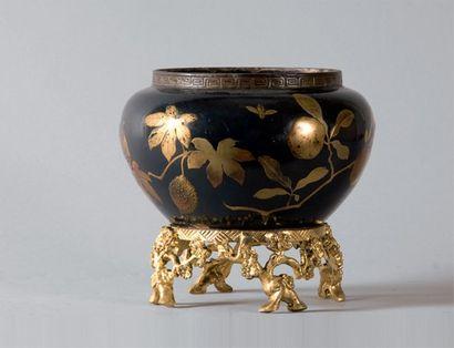 Cache-pot formé d'un ancien vase japonais...