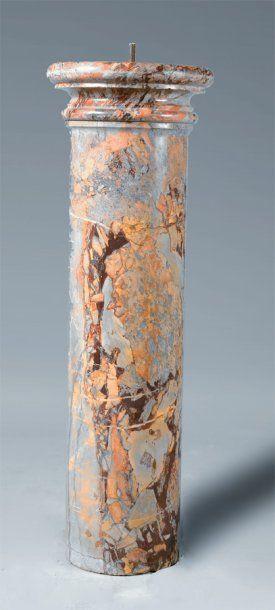 Colonne en marbre de Sarrancolin. (Base accidentée)....
