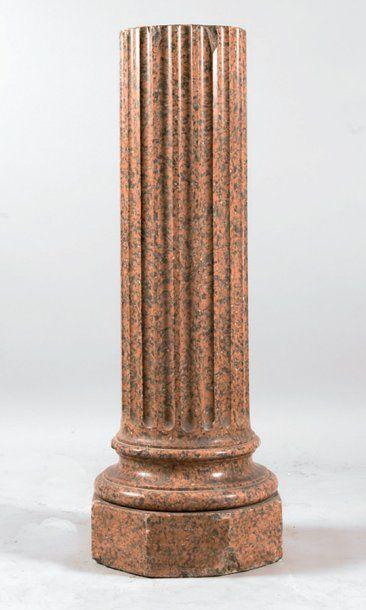 Colonne cannelée en stuc à l'imitation du...