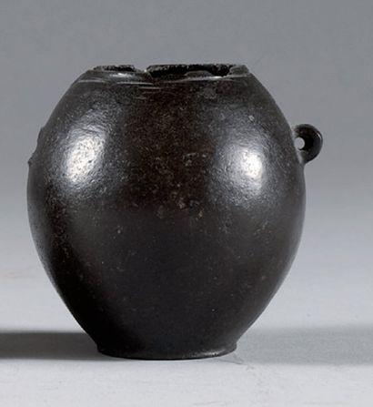 Vase dont la panse ovoïde à fond plat est...