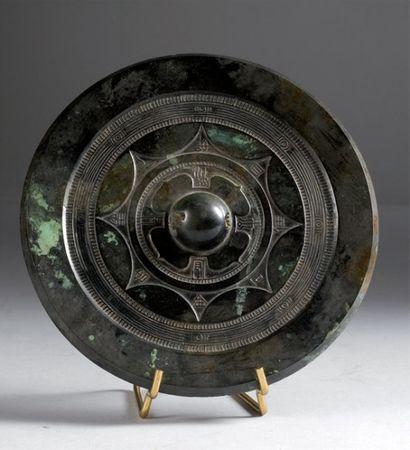 Chine. Important miroir circulaire en bronze...