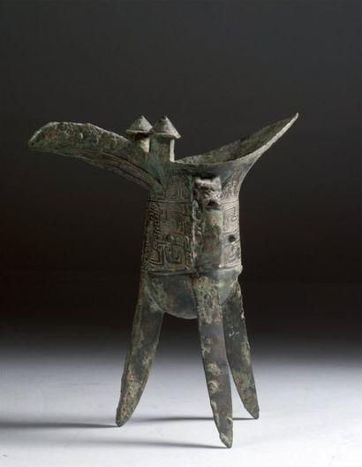 Chine. Beau tripode en bronze de type Jue,...