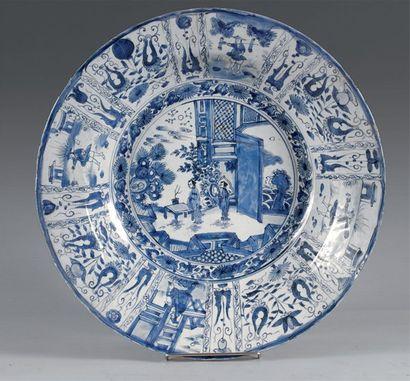 Chine Grand plat rond en porcelaine blanche...