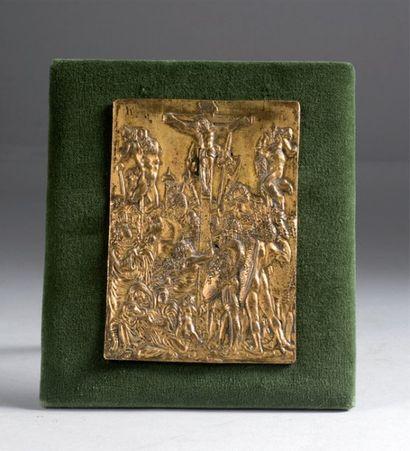 Plaquette rectangulaire en bronze doré. Le...