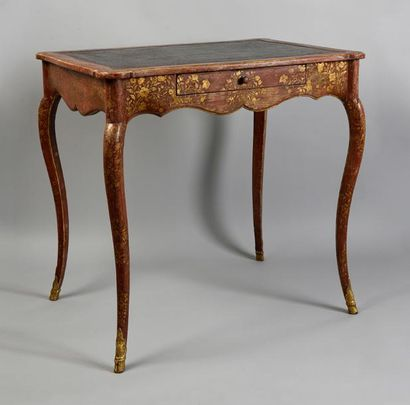 Rare table de salon en vernis martin à décor chinoisant de fleurs des indes et phénix...