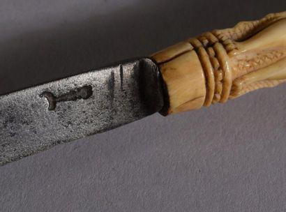 Couteau et fourchette à deux dents en fer, le manche en ivoire sculpté figurant...