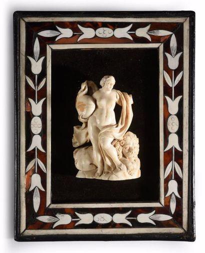 Groupe en ivoire sculpté représentant une femme drapée tenant un globe dans ses...