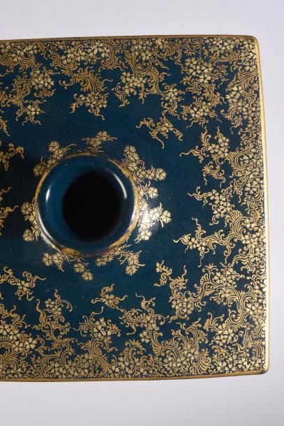 Vase quadrangulaire à col en faïence de Satsuma, à décor dans des réserves de feuillages...