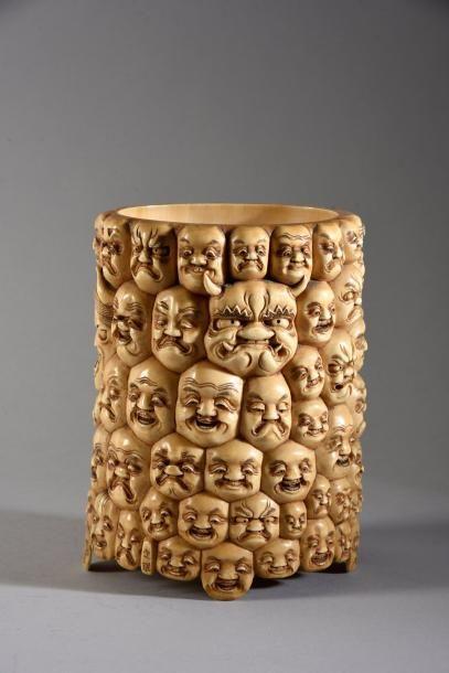 Pot à pinceau en ivoire sculpté à décor de...