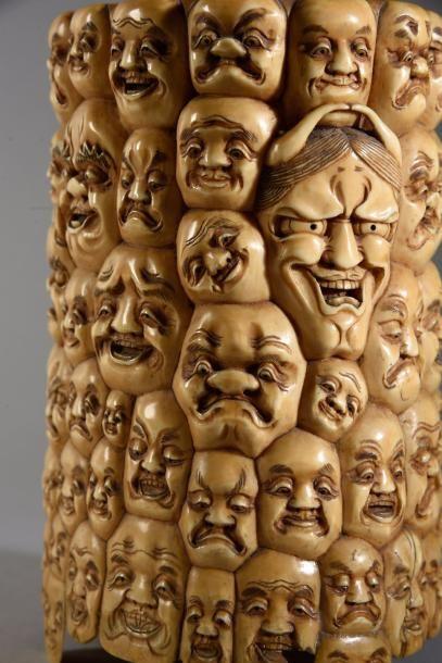Pot à pinceau en ivoire sculpté à décor de visages grimaçants et têtes d'Oni. Japon,...
