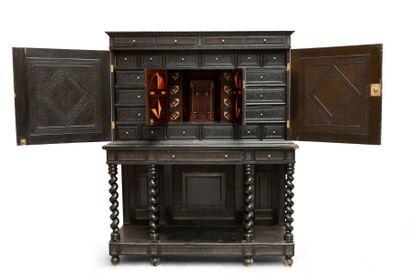 Important cabinet en ébène. Ouvrant en façade droite par deux portes à décor de...