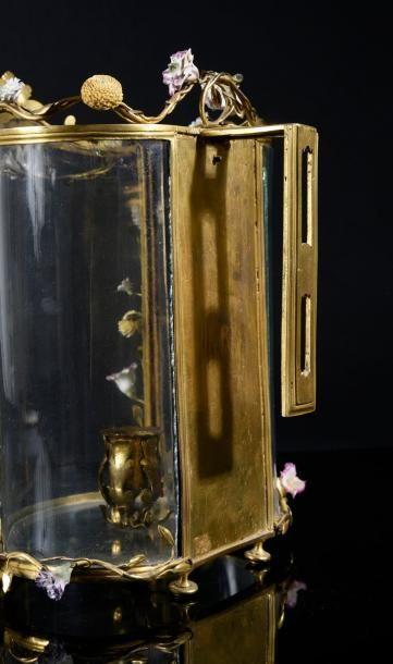 Lanterne cage de paravent en bronze ciselé et doré à décor de branchages ornés de...