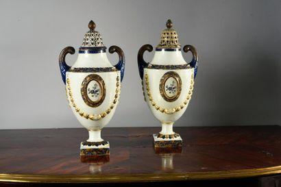 Paire de vases couverts en porcelaine de la Compagnie des Indes formant pot - pourri,...