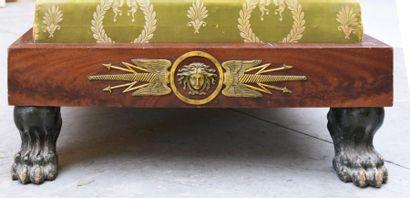 Lit de jour en placage d'acajou et décor en applique de bronze ciselé et doré. Pieds...