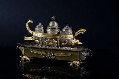 Rare encrier en bronze patiné et doré dit Ecritoire navire. Le navire de type phénicien...