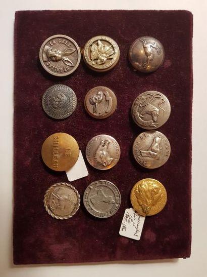 12 boutons de tenue, dont La grée de Callac,...