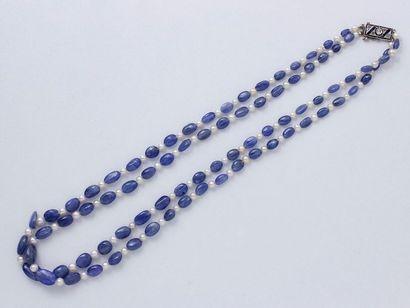 Collier composé de 2 rangs de perles de saphir...