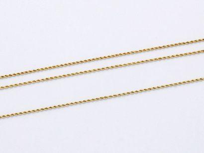 Lot en or 750 millièmes, composé d'un sautoir et d'un collier maille corde agrémentés...