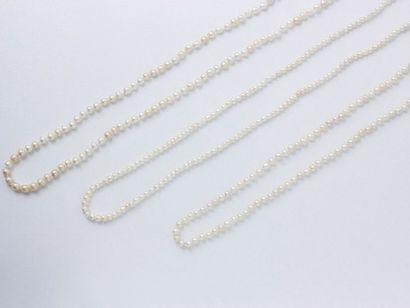 Lot composé de 3 colliers de perles baroquées...