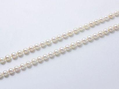 Collier composé d'un rang de perles de culture d'environ 8 à 8.5 mm. Poids brut:...