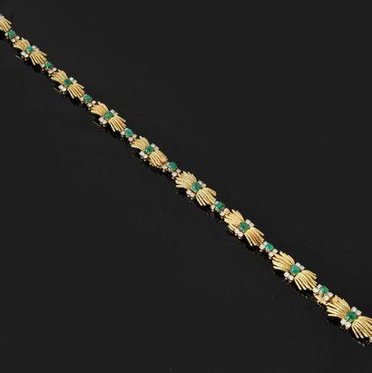 Collier à transformation en or 750 millièmes, à motif alterné de brins s'affrontant...