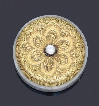 Sonnette de table or 750 millièmes et quartz, à décor d'une rosace à palmette stylisée...