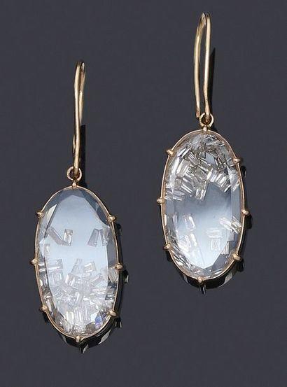 Paire de pendants d'oreilles en or 750 millièmes, deux plaques de cristal ovales...