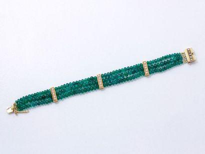 Bracelet composé de 3 rangs de perles d'émeraude,...