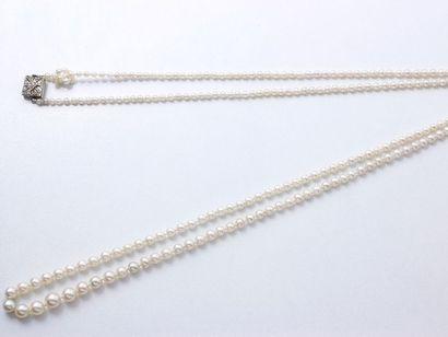 Long sautoir composé d'une chute de perles...
