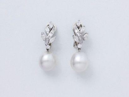 Belle paire de pendants d'oreilles en or...