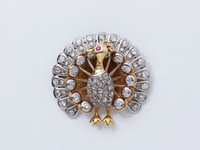 Broche pendentif stylisant un paon en or...