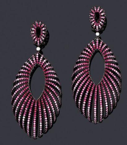 Spectaculaire paire de pendants d'oreilles...