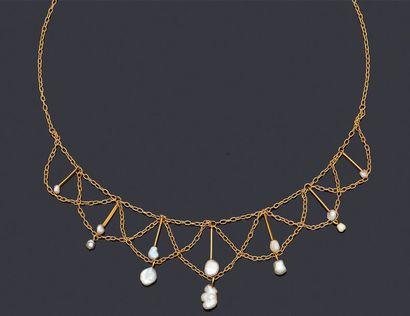 Collier draperie en or 750 millièmes à décor...