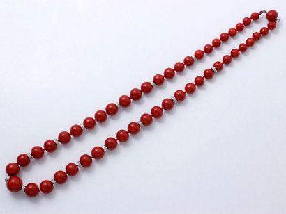 Collier composé d'une chute de perles de corail de très belle couleur d'environ...