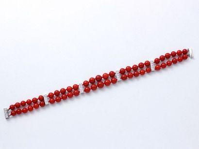 Bracelet composé de 2 rangs de perles de corail de très belle couleur d'environ...