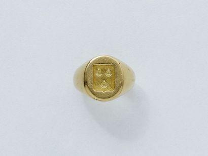 Bague chevalière en or 750 millièmes, décorée d'un blason. Signée Cartier Paris....