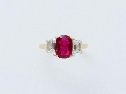 Bague en or 750 millièmes, ornée d'un rubis taille coussin facetté de très belle...