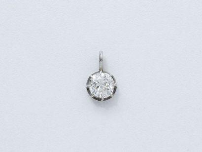 Pendentif en platine 850 millièmes, retenant un diamant taille ancienne en serti...
