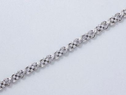 Bracelet en or gris 750 millièmes, décoré d'une tresse composée de maillons articulés...