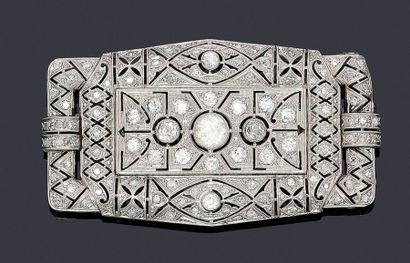 Broche plaque ajourée en or blanc 750millièmes, des motifs géométriques et filigranés...