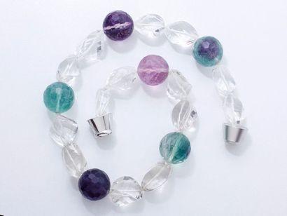 Collier composé d'un rang de perles facettées...