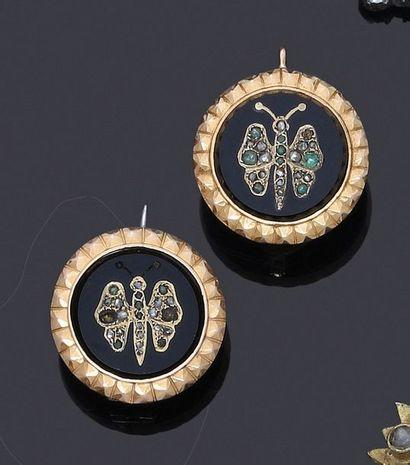 Paire de plaques en onyx à décor de papillons...