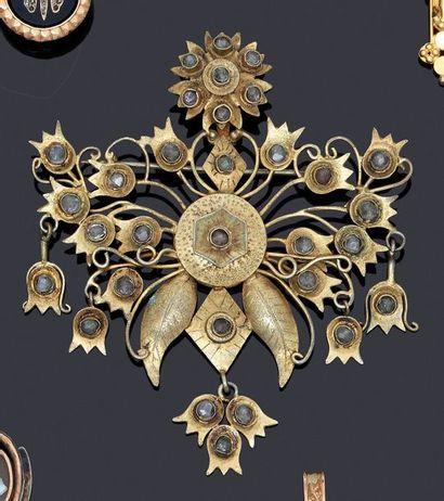 Broche en métal doré à décor d'un bouquet...