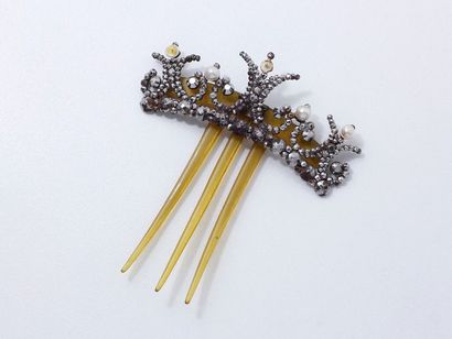 Peigne en métal et corne blonde, décoré de...