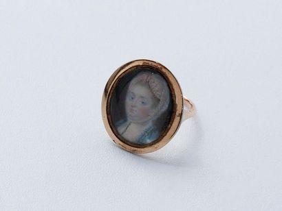 Bague en métal doré décorée d'une miniature...
