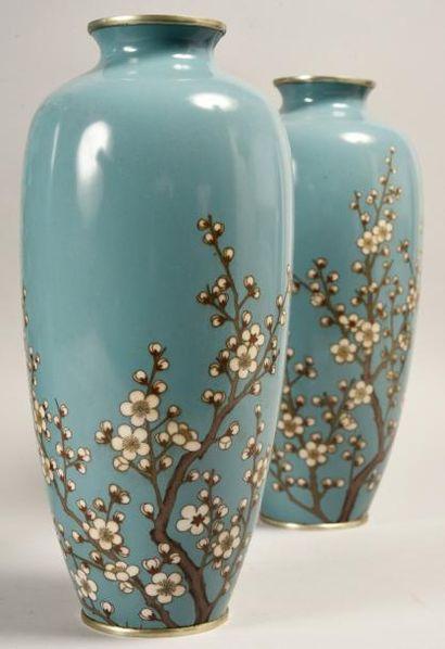 Paire de vases de forme balustre en bronze...