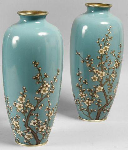 Paire de vases de forme balustre en bronze cloisonné à décor de fleurs de prunus...