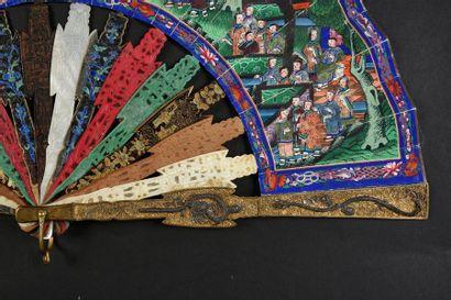 Jeux de matières, Chine, vers 1880 Eventail plié, feuille double en papier peint...