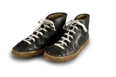 Paire de chaussures en cuir à semelles caoutchouc....